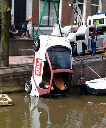 smart-fortwo-being-hoisted-out-of-amsterdam-canal-from-de-telegraaf_100183984_m