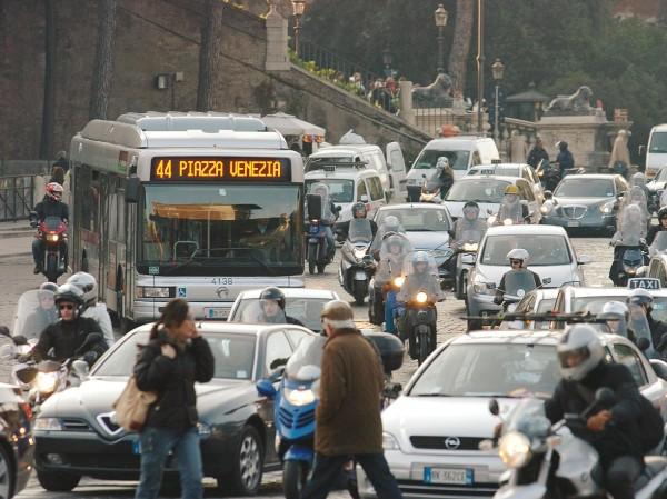 Un romano passa 3 giorni all'anno nel traffico
