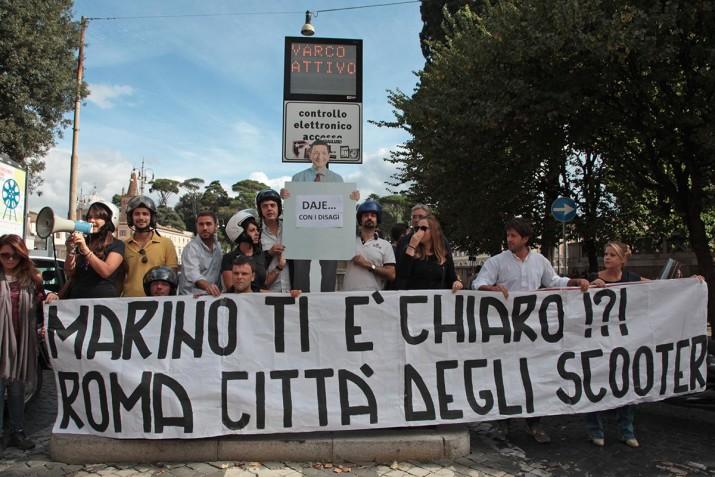 """TRIDENTE, """"ROMA CITTÀ DEGLI SCOOTER"""": FLASH MOB NCD CONTRO IL DIVIETO - FOTO 1"""