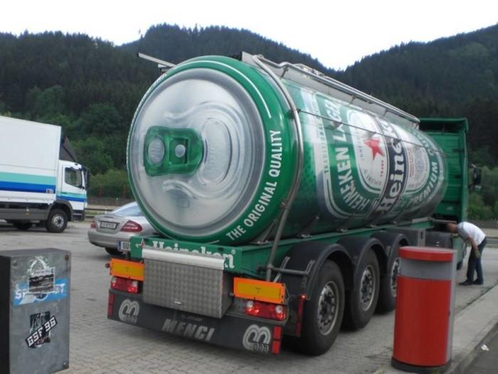 Rubano un camion carico di birra, se la bevono tutta