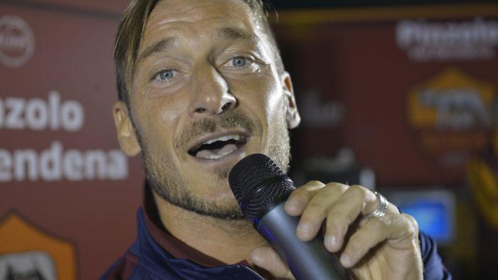 """Totti canta """"Questo piccolo grande amore"""" (VIDEO)"""