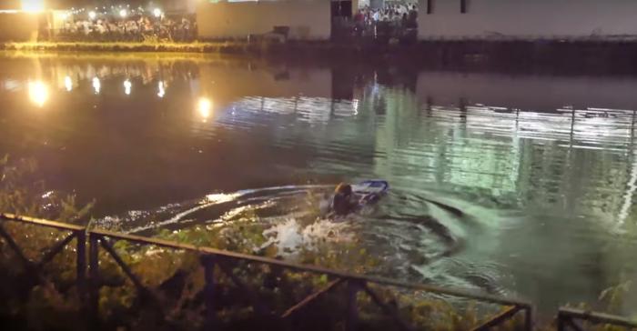 Si fa il lago di Villa Ada a nuoto per entrare gratis al concerto di Calcutta (VIDEO)