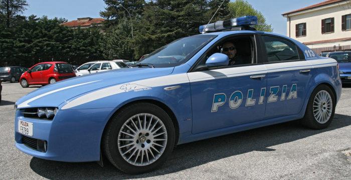 Meccanico in giro con auto della polizia ferma vero poliziotto, arrestato