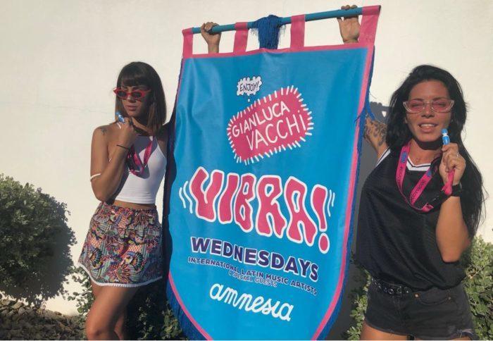 Gianluca Vacchi regala vibratori sull'isola di Ibiza